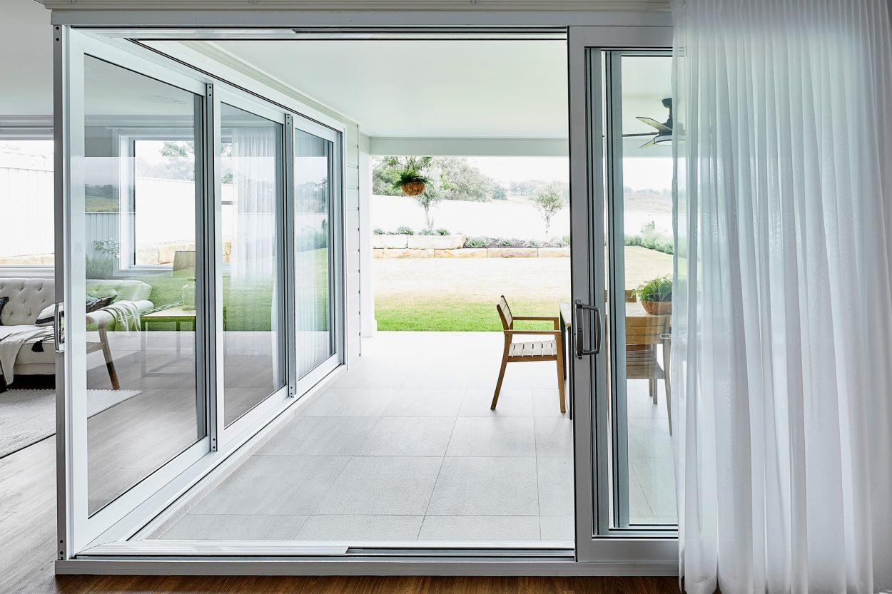 Paragon 90 degree corner stacking door in Pearl White